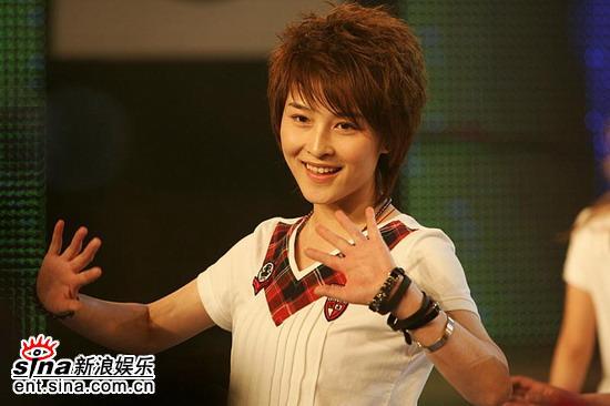 图文:2006超女长沙7强决出-厉娜展露甜美微笑