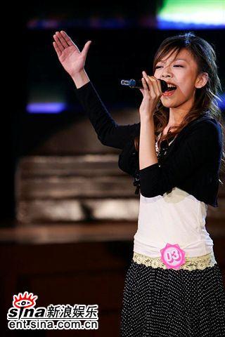 图文:2006超女长沙7强决出-张亚飞唱歌卖力