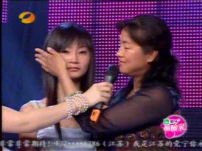 图文:长沙唱区7进5党宁被淘汰母亲为女儿擦泪