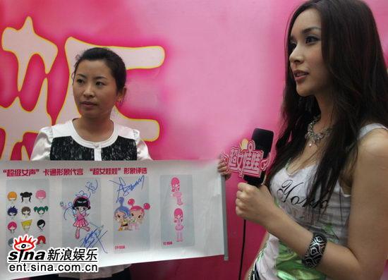 """河莉秀爱上超女娃娃想领养""""中国娃娃""""(组图)"""