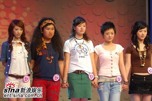图文:超女杭州50进20开唱各选手紧张等待结果
