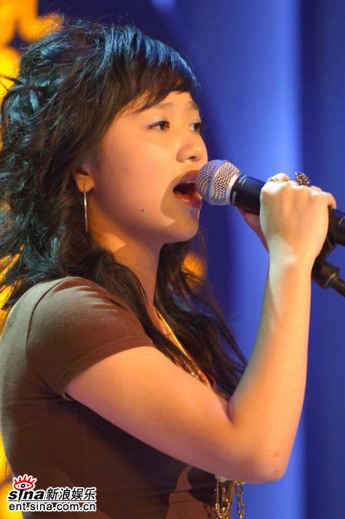 图文:超女杭州50进20比赛--项姬然献歌一曲