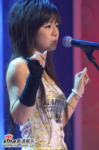 图文:超级女声杭州50进20--26号选手伶佳