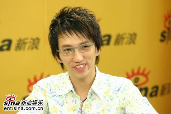 图文:林志炫做客新浪聊《出嫁》-衬衫干净素雅
