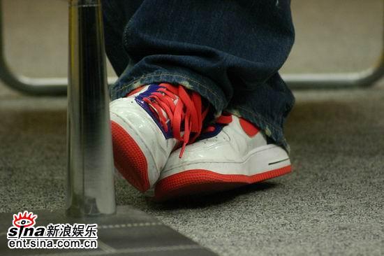 图文:周笔畅做客聊首张EP--舒适干净的鞋子