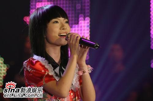 图文:2006超级女声长沙决赛-胡灵演唱投入