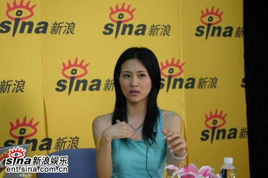 图文:歌手李慧珍做客新浪--走一步看一步