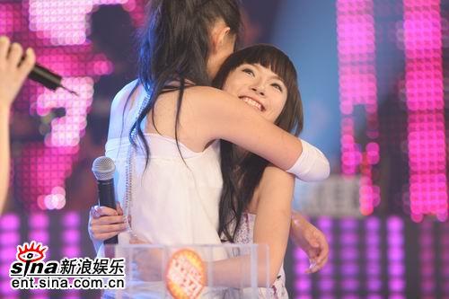 图文:2006超女长沙赛区总决赛--张美娜拥抱胡灵