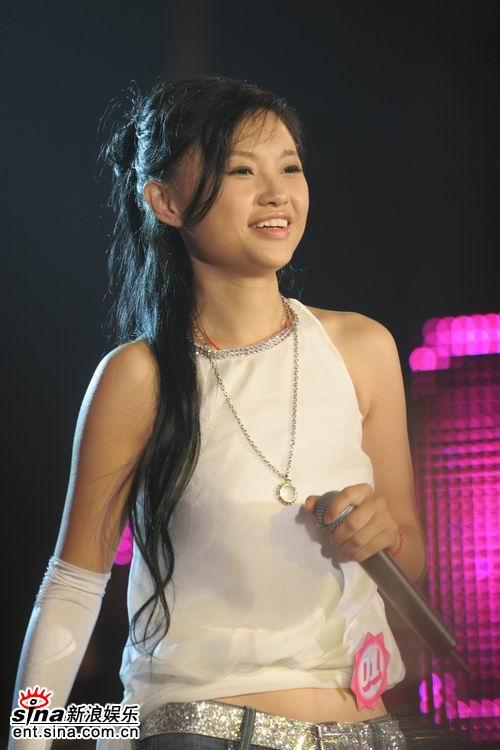 图文:2006超女长沙赛区总决赛--张美娜靓丽白衣