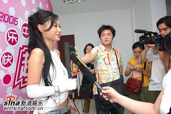 图文:超女长沙赛区总决赛-张美娜接受媒体采访