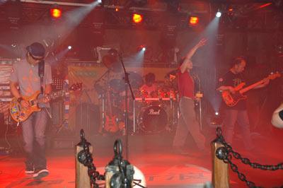 组图:高旗和超载乐队华丽登场摇滚之声震撼人心