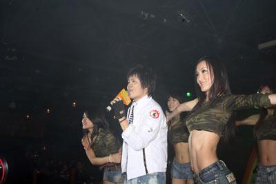 组图:凌峰上演《followme》阳光气质荡漾全场
