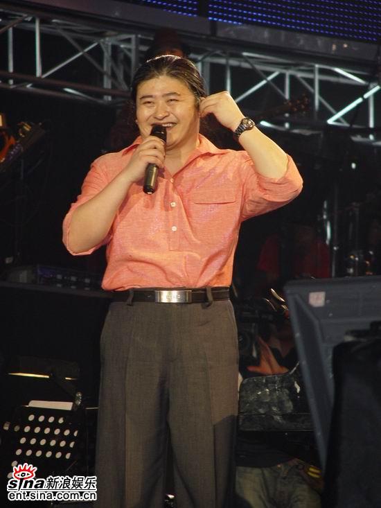 图文:刘欢上海演唱会举行-不好意思的笑了