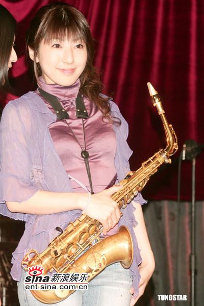 萨克斯美女小林香织百忙不忘逛台湾夜市图片