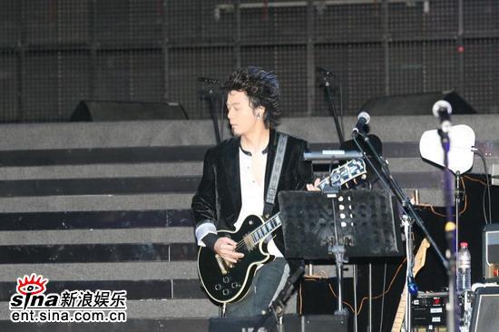 组图:叶世荣北京开个唱昔日鼓手今日成主唱