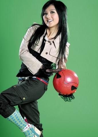 组图:超女黄雅莉何洁扮足球宝贝中性打扮帅气
