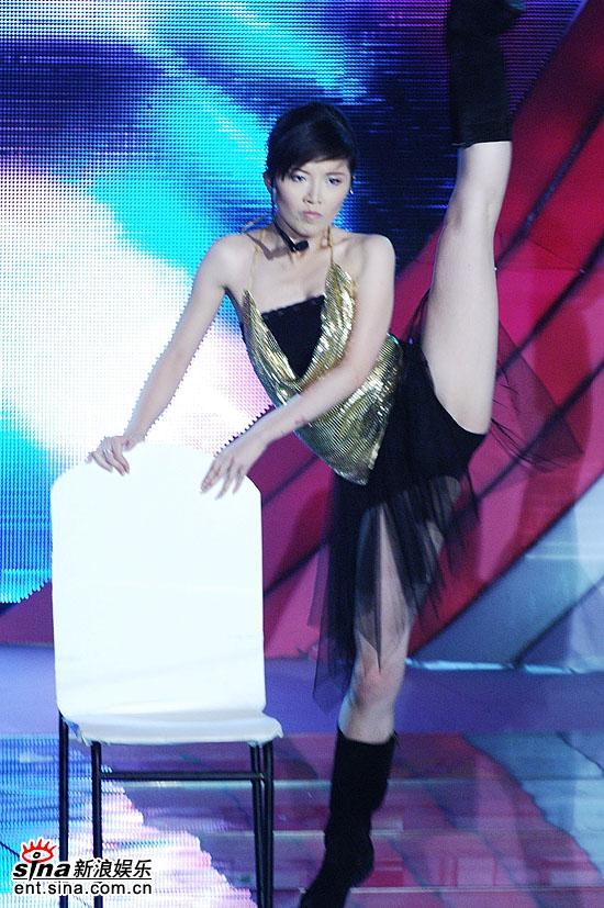 图文:超女杭州5进3-唐笑为夺三强大打性感牌