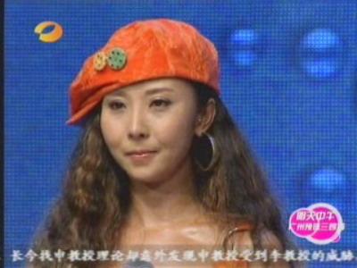 图文:吴越造型火辣桔红色帽子遮住长发