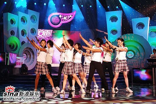图文:沈阳超女10进7--10位歌手演绎校园歌曲