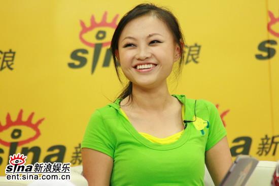 图文:超女长沙10强聊音乐与足球--张美娜喜笑颜开