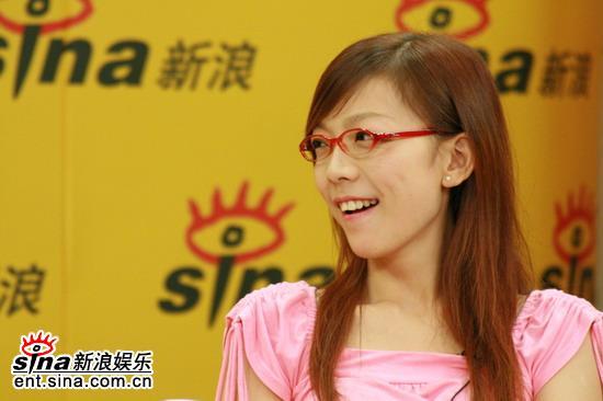 图文:超女长沙10强聊音乐与足球--张亚飞很惊讶