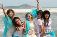 组图:超女广州唱区50强户外写真之海边风情