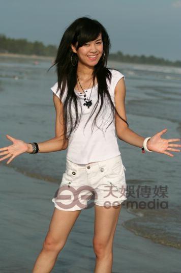 图文:超女广州唱区50强户外写真--郁英霞