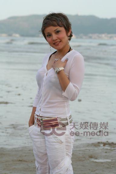 图文:超女广州唱区50强户外写真--戴玲