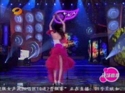 组图:朱江红色长裙载歌载舞玩劈腿不慎露底裤