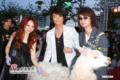组图:飞儿乐团举行MV首映会印加舞跟驼羊助阵