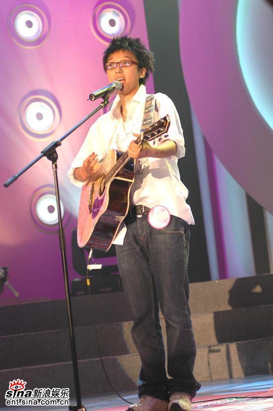 图文:超女广州10强晋级赛--蔡礼梅怀抱吉他