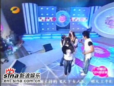 图文:超女广州赛区7进5-歌迷为刘力扬送礼物