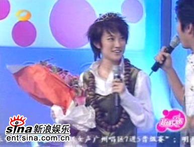 图文:超女广州7进5-刘力扬带着精美的小皇冠