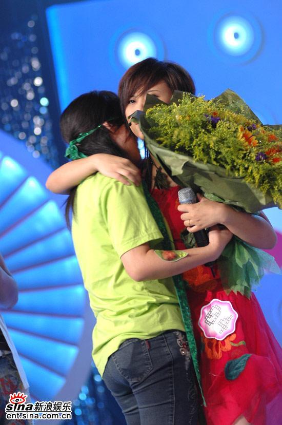 图文:超女广州区7进5赛-香港粉丝拥抱韩真真