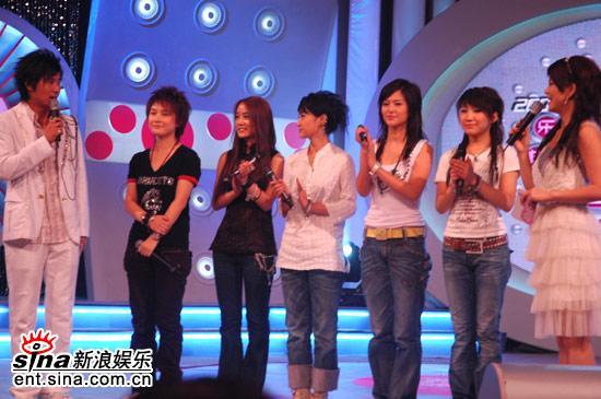 图文:超女广州赛区决赛-各赛区冠军亮相