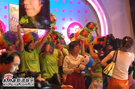 图文:超女广州赛区决赛-粉丝们情绪高昂