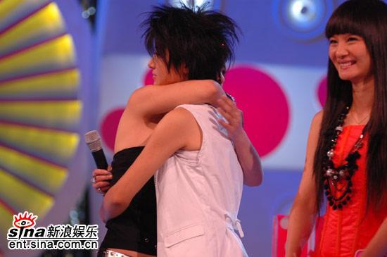 图文:超女广州赛区决赛-韩真真与尚雯婕拥抱