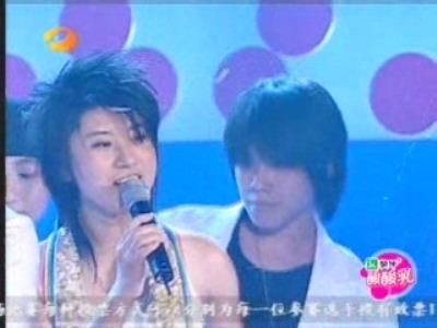 图文:超女广州赛区决赛-尚雯婕动情演唱