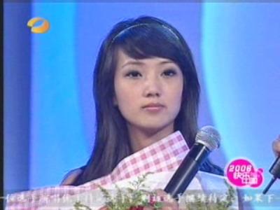 图文:超女广州赛区决赛-杜长蕊手捧鲜花