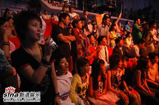 图文:超女广州赛区决赛-厉娜在场边助威