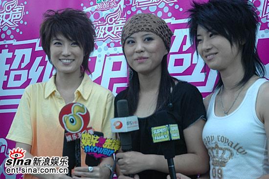 图文:超女广州赛区决赛-广州三强赛后接受采访