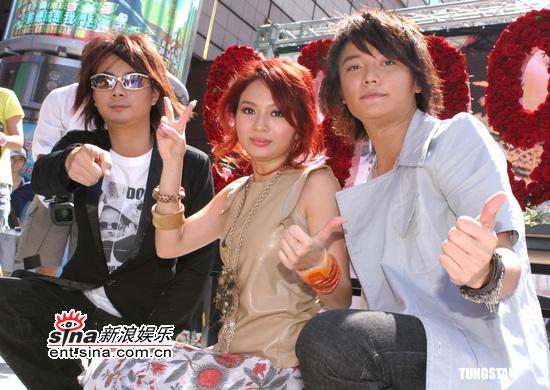 组图:飞儿乐团台北签唱会疯狂劲歌不畏酷暑