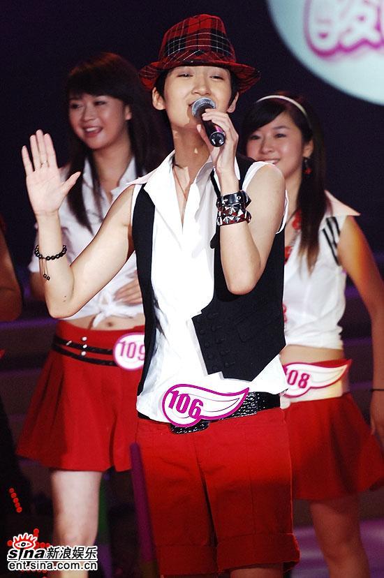 图文:2006超级女声复活赛-李薇薇演唱滑稽可爱