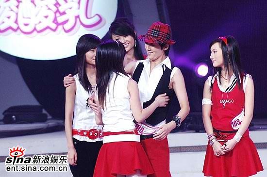 图文:2006超级女声复活赛-李薇薇拥抱张珊珊