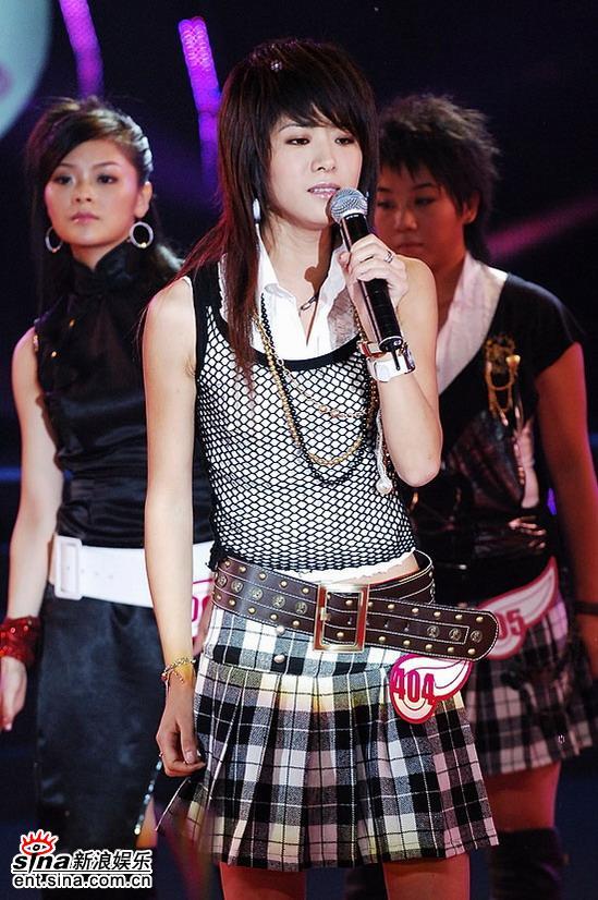 图文:2006超级女声复活赛-魏佳庆深情演唱