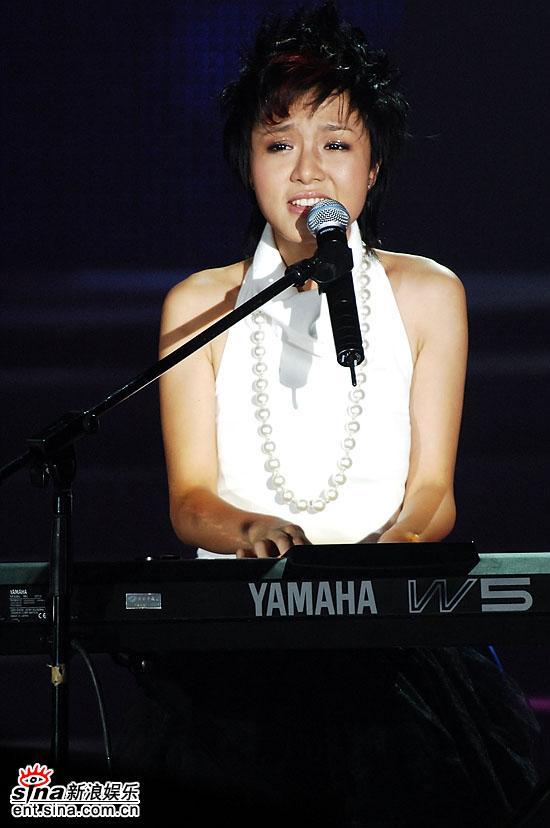 图文:06超女10强入围赛第二场-朱雅琼自弹自唱