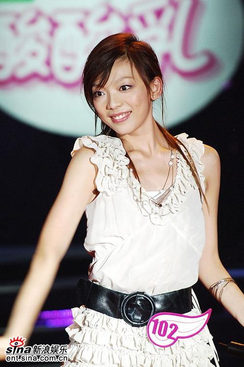 图文:06超女10强入围赛第二场-张亚飞笑容灿烂
