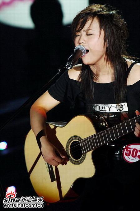 图文:超女10强入围赛第二场-韩真真吉他弹唱