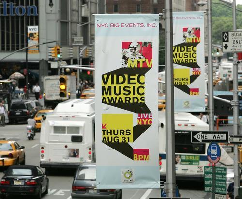 组图:MTV音乐大奖将举行大幅海报悬挂大厅外