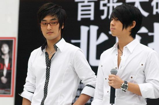 新浪娱乐讯 8月30日下午,由台湾前F4成员吴建豪与韩国前HOT成员安七炫组成的一对最引人关注的跨国组合KV在建外soho举行首张大碟《SCANDAL》北京握手会。   开场,吴建豪与安七炫以牛仔裤白衬衫亮相,歌迷顿时沸腾尖叫,可见其在内地的影响力,更是由700多名歌迷排成长队等待与偶像握手的时刻。吕健/图